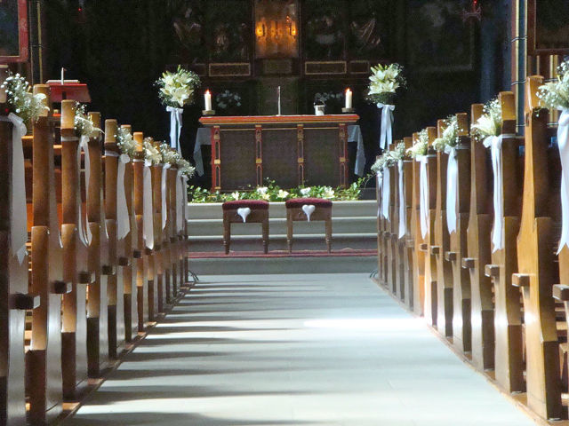 Beispiel: Blumendekoration für die Trauungszeremonie, Foto: Hochzeitsblumen.ch.