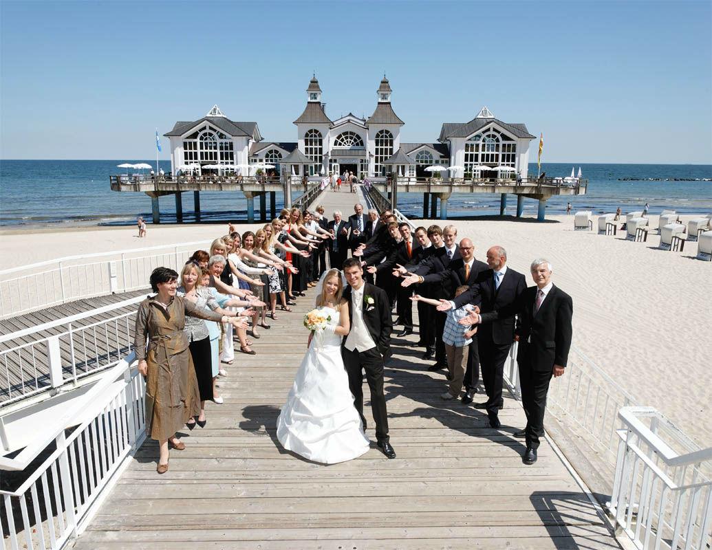 Beispiel: Hochzeitsgesellschaft, Foto: Seebrücke in Sellin.