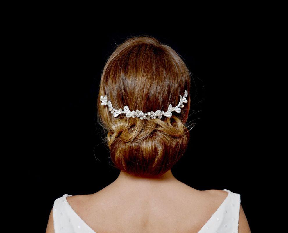 Corona en forma de rama con hojas en hilo de seda color blanco roto y grupo de Cristal de Swaroswky en el centro de la misma.