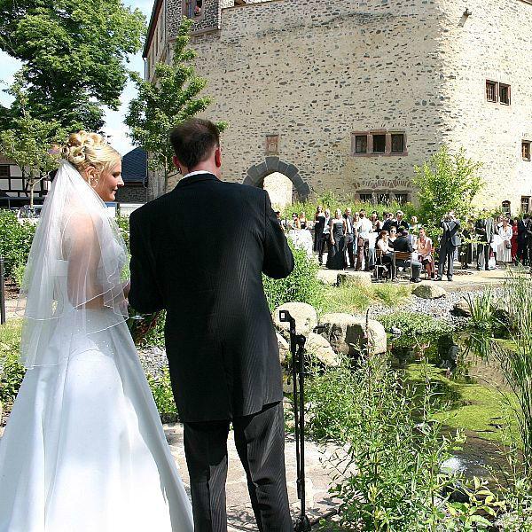Beispiel: Brautpaar im Schlosspark, Foto: Schloss Romrod.