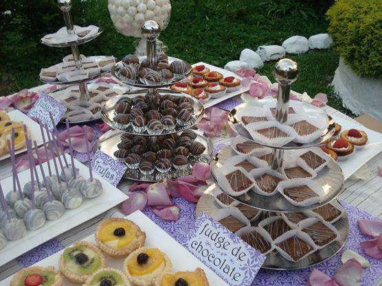 Chocolates, postres y más en tu mesa dulce.