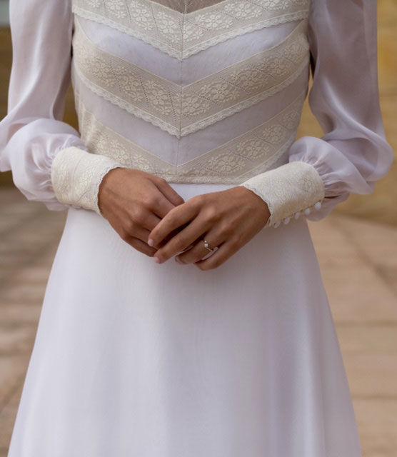 Detalle del cuerpo en valencienne.  Vestido con cuerpo de valencienne y plumeti con falda de muselina de Cristina Piña.
