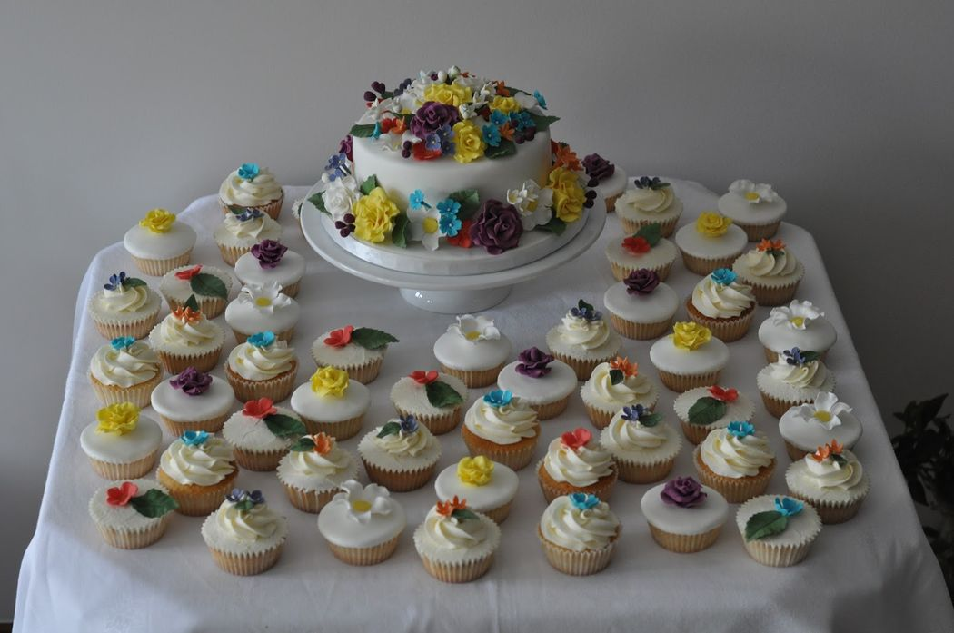 Bolo e cupcakes.