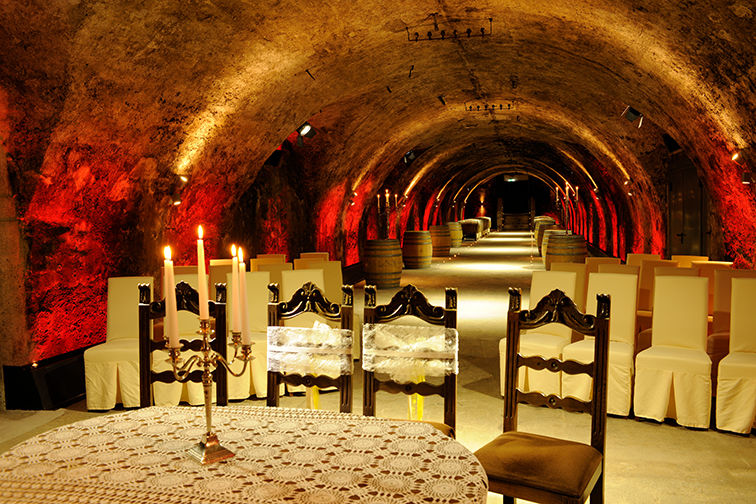 Beispiel: Trauung im Weinkeller rot beleuchtet, Foto: Schloss Gamlitz.