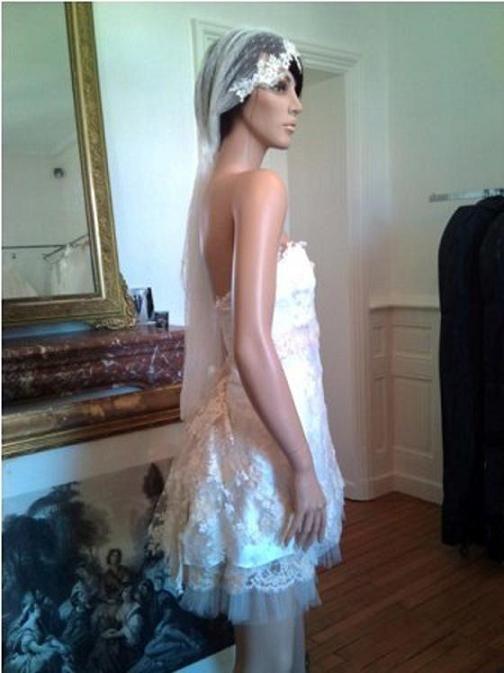 Marina : robe corset vintage courte en satin de soie, tulle et dentelle de Calais incrustée d'un fil mohair, formant une tournure au dos. Voile en tulle plumetis et dentelle.