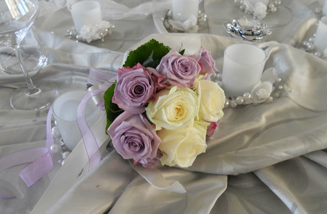 Bouquet di rose lilla e bianche