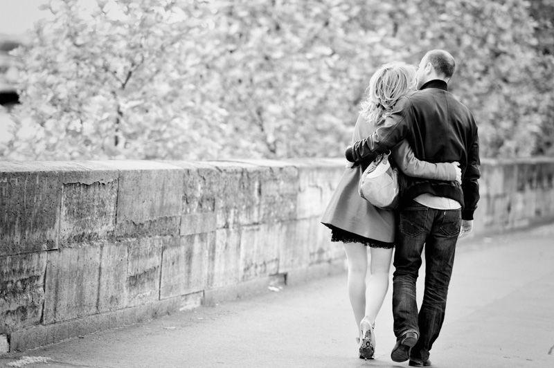 Des amoureux à paris (pendant leur séance photo de couple) .
