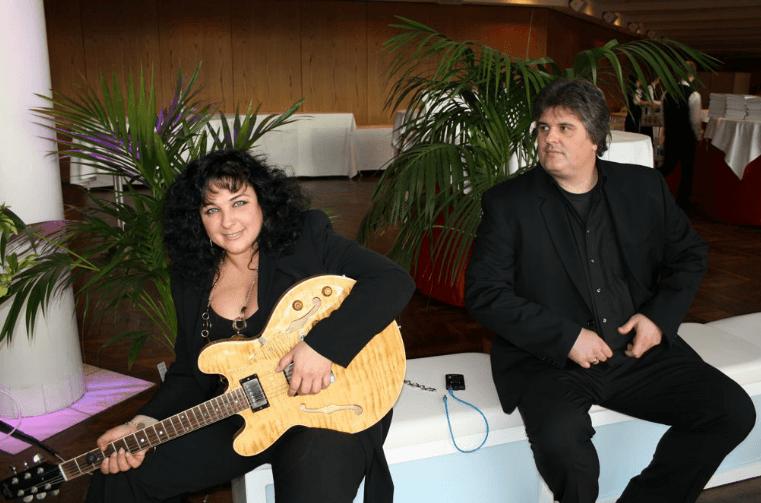 Beispiel: Bandmitglieder mit Gitarre, Foto: CARWASH Groovestation.