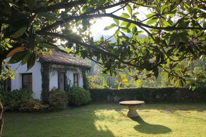 Hotel Casona el Arral  Jardín. Al fondo. pabellón sobre el río Miera.