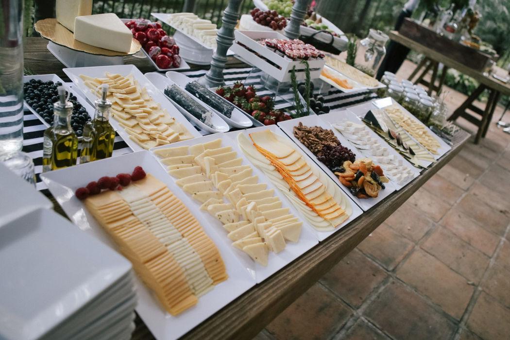 Las mesas de quesos ya son un must... no las olvides principalmente, si es una Boda de larga duración