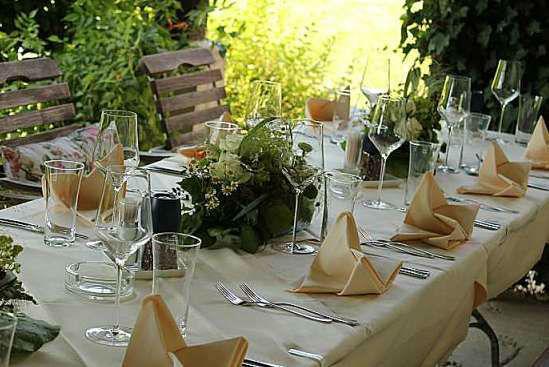 Foto: Hochzeitstisch am Hof