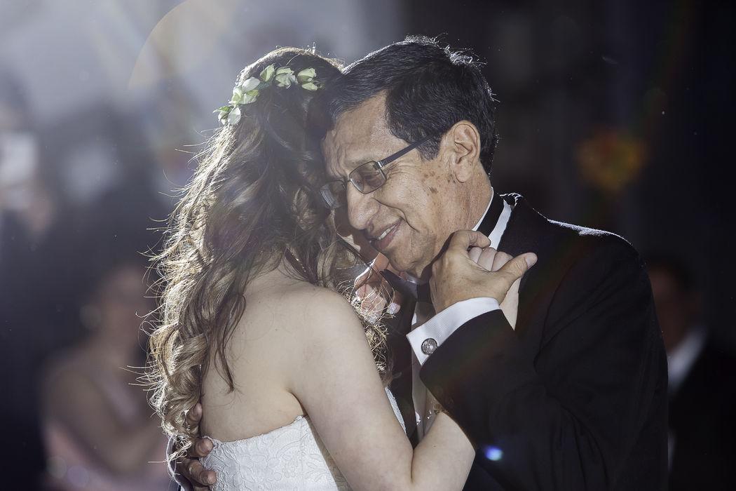 Emotivo momento de la Novia bailando con su Papa.