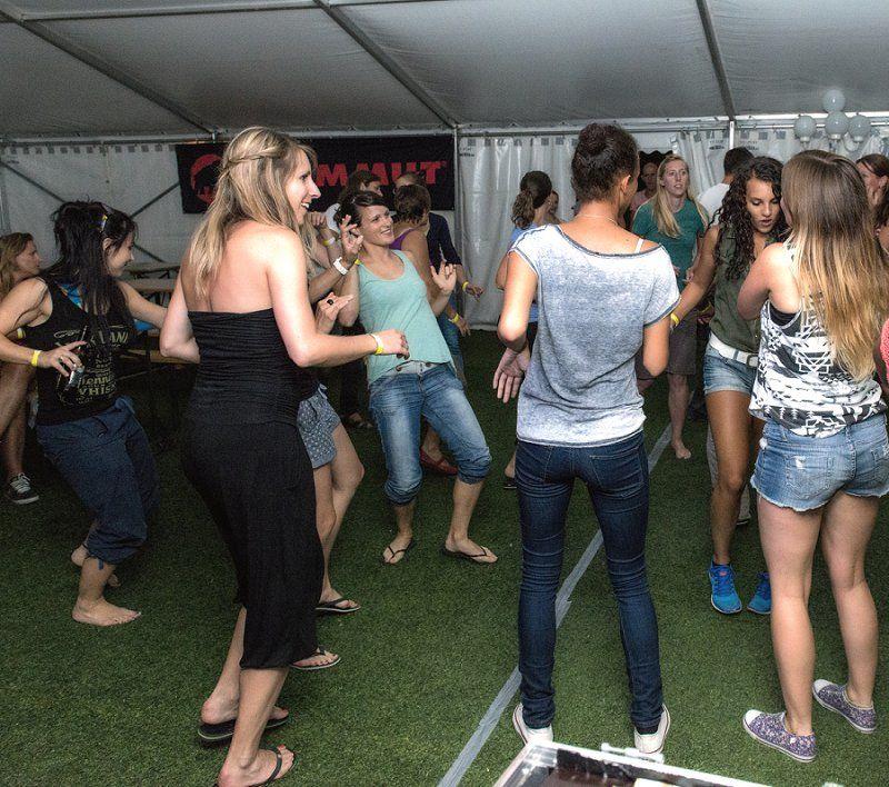 DJ für Party in Sempach – Mammut AG. Für eine Party im Restaurant Seeland in Sempach wurde ich erneut als DJ gebucht. Diesmal handelte es sich um eine Firmenfeier von Mammut. Über 160 Mitarbeitende kamen, um im See zu baden und danach im Zelt zu tanzen. Anja Eggeriksen, HR Fachfrau, Mammut Sports Group AG,
