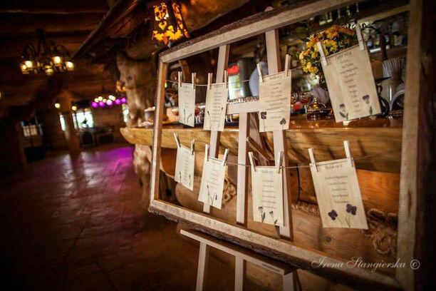 tablica z rozsadzeniem gości - tutaj w stylu rustykalnym Śląsk