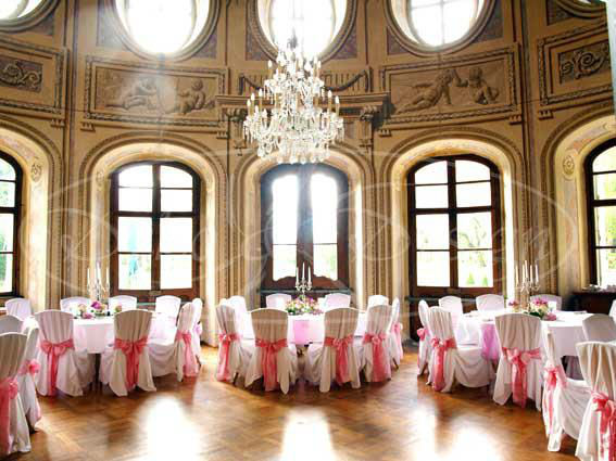 Beispiel: Stuhlhussen machen jede Location noch eleganter, Foto: Deko & Design.