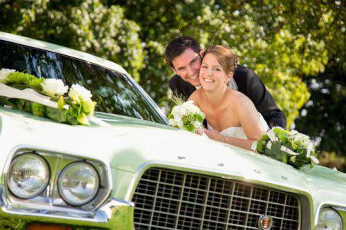 Beispiel: Blumendekoration für das Hochzeitsauto, Foto: Stiel und Blüte.