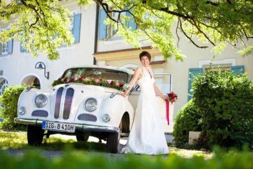 Beispiel: Blumenschmuck für das Auto passend zum Brautstrauß, Foto: Stiel und Blüte.