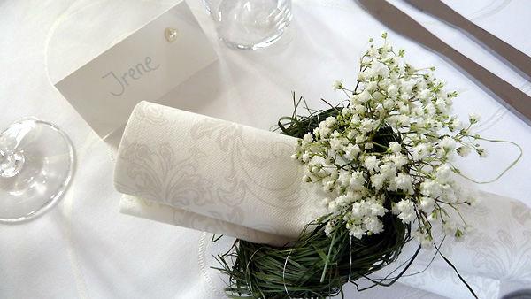 Beispiel: Serviettenring als besondere Tischdekoration, Foto: Dornröschen - Blumen Schmidt.