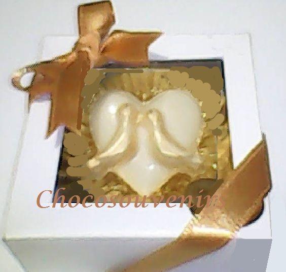 Exquisito chocolatín en dorado o plateado con cintas del color sugerido por el cliente.