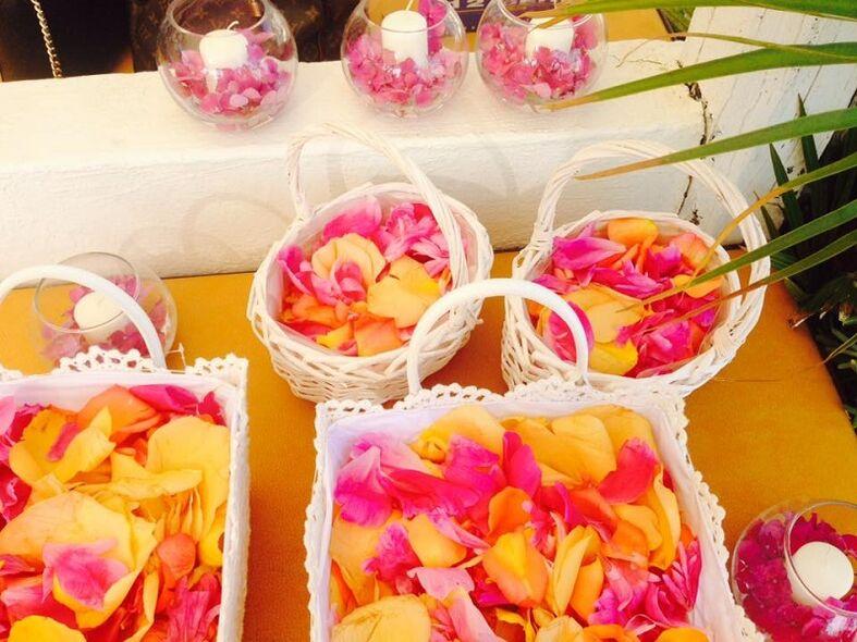 Cestini per gli ospiti con i petali di rosa dei colori del tramonto