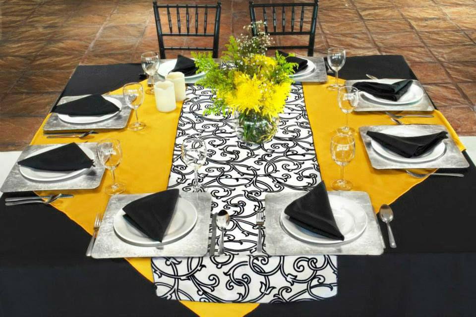 RENTA MANTEL CUADRADO NEGRO RENTA CUBREMANTEL AMARILLO RENTA CAMINO DE MESA   Cubre mantel en tergal amarillo & camino de mesa en tafeta flocking blanco y negro