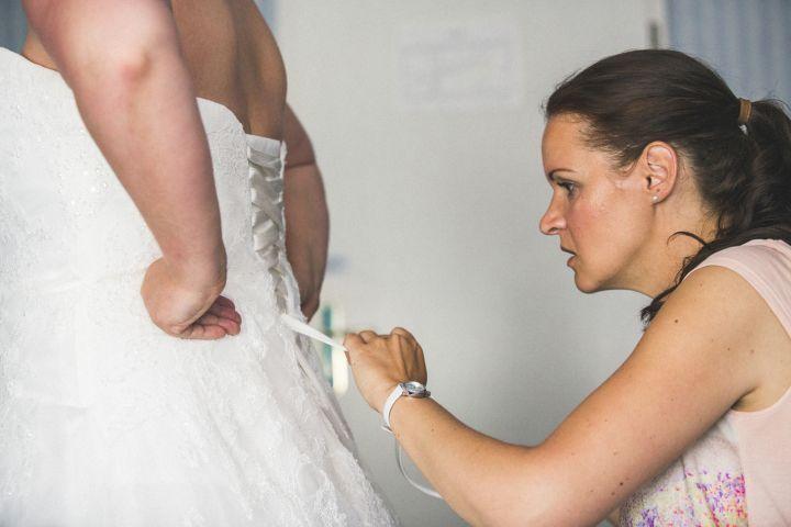 Das Brautkleid mus am Hochzeitstag perfekt sitzen.