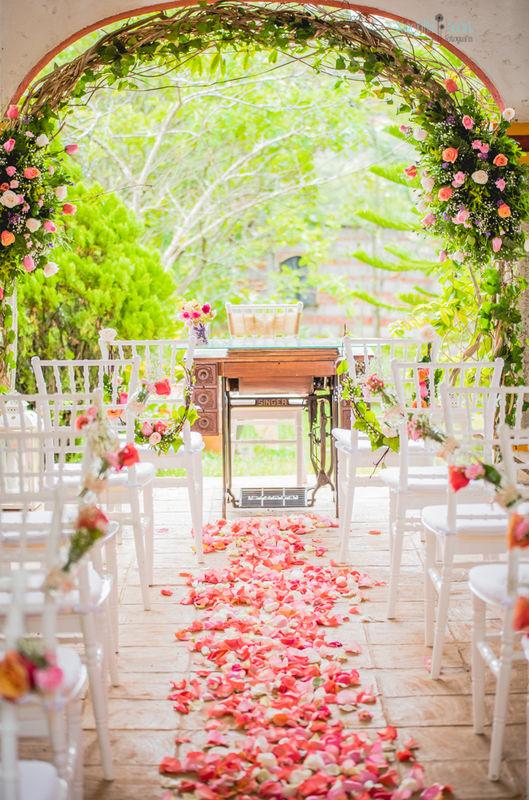 Decoración de boda civil rustic style  con arco de flores y mesa de maquina vintage .