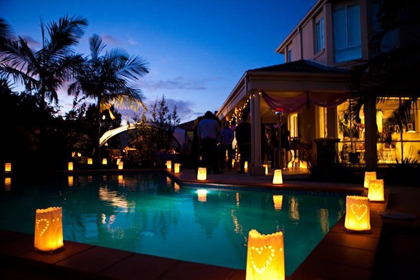 Puedes decorar los bordes de las piscinas dándole ese toque de luz y calidez a tu boda.
