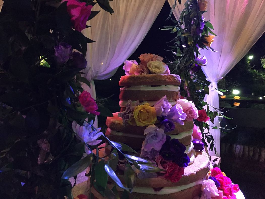 torta nuziale in giardino