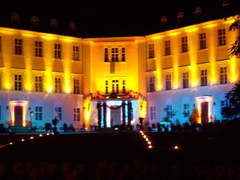 Beispiel: Außenansicht bei Nacht, Foto: Schloss Lübbenau.