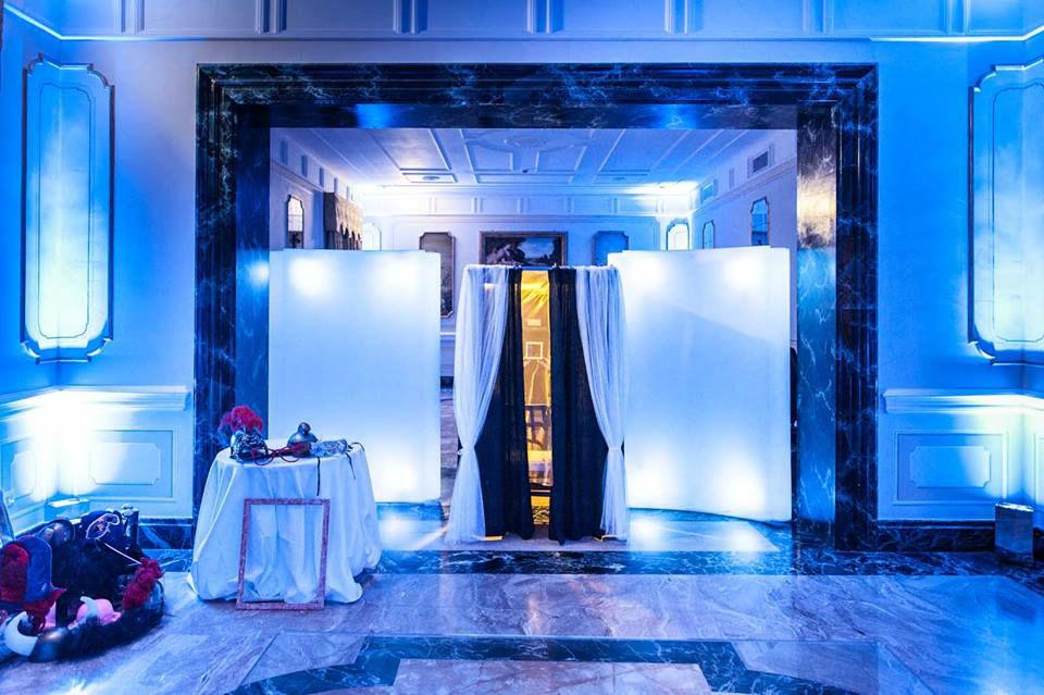 Photobooth di Alessandro Zingone - Fotogrfia di matrimonio: servizi fotografici e cabina photobooth. La cabina pronta a fare il suo lavoro a villa Miani a Roma.