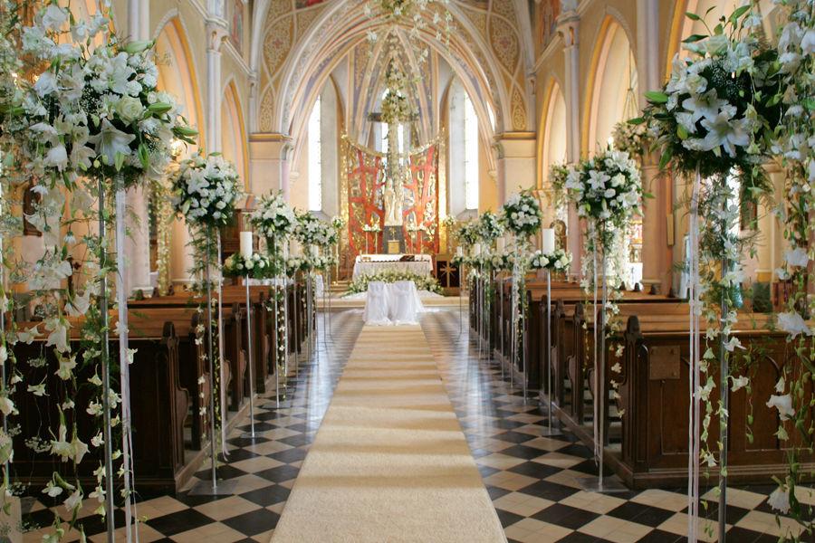 Dekoracja kościoła w Bliżynie. Żywe kwiaty kremowo białe