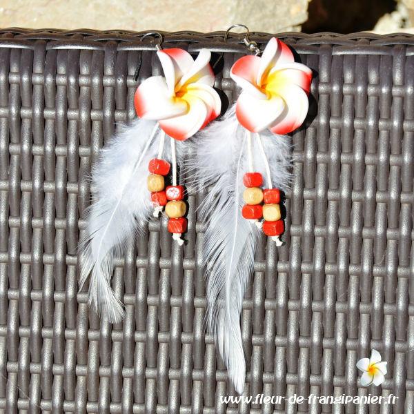 Boucles d'oreilles plume Java ornées de fleurs de frangipanier de 3 cm. Nombreux coloris disponibles.