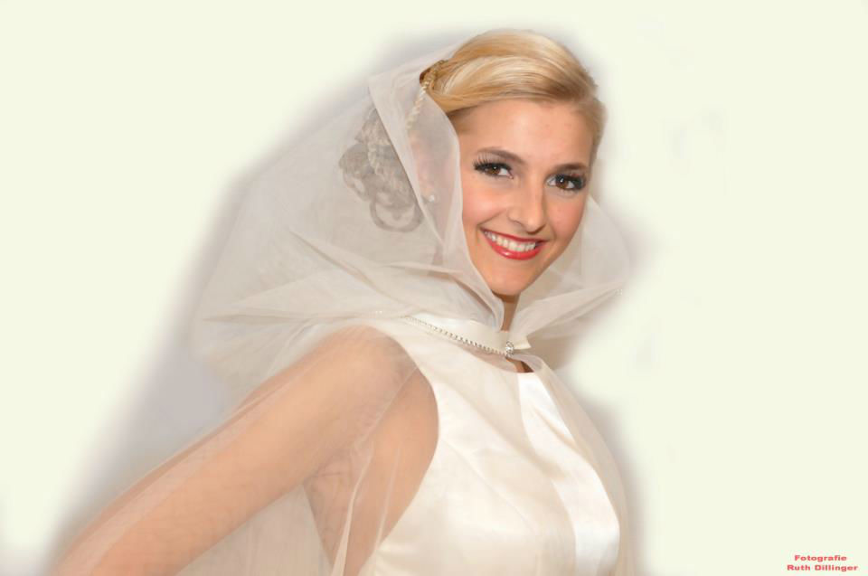 Beispiel: Brautmoden, Foto: Puntosposa.