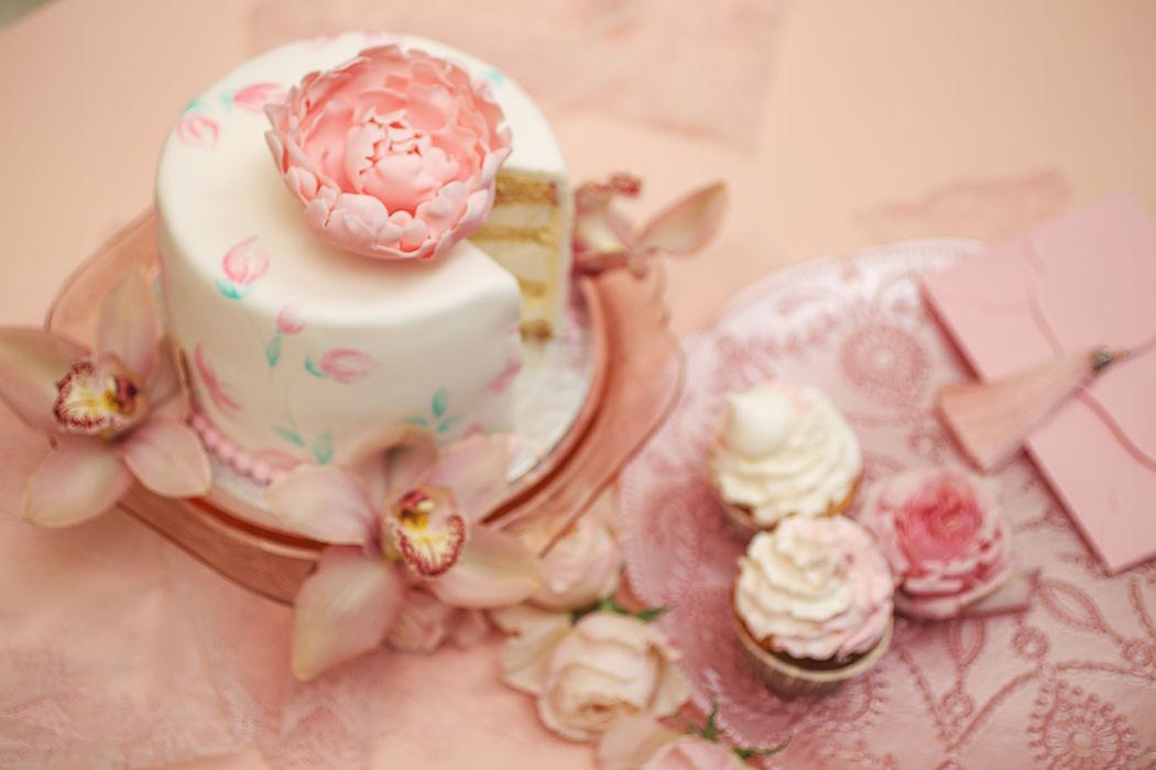 Мини тортики с капкейками. Идеальный вариант, где каждый гость получает свой порционный десерт.