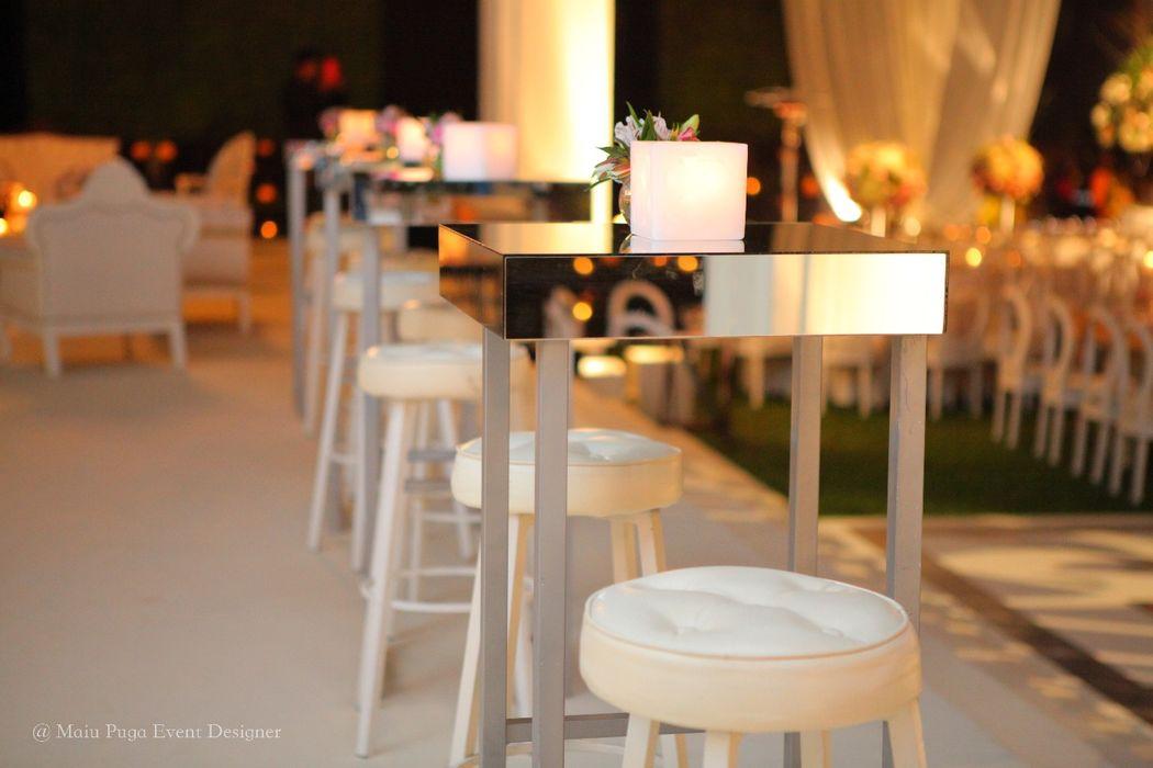 Mesas altas en zona lounge