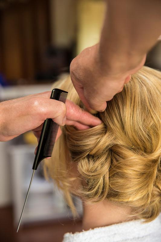 Het team van haarstylisten en visagisten van Studio Stroop is gespecialiseerd in bruidsarrangementen, waarbij haar en visagie zowel aan huis op de dag zelf als in de studio in Amsterdam dan wel Hilversum verzorgd kunnen worden