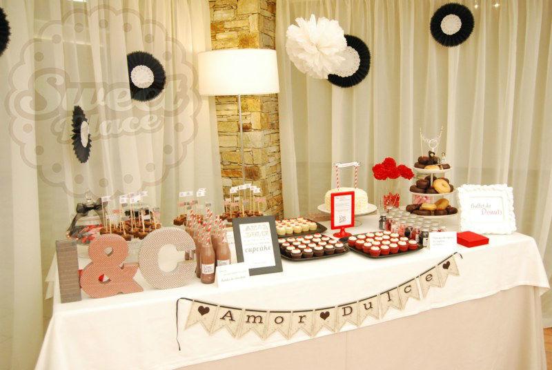 Una mesa de dulces, es una opción ideal para ofrecer a tus invitados a la hora del baile.