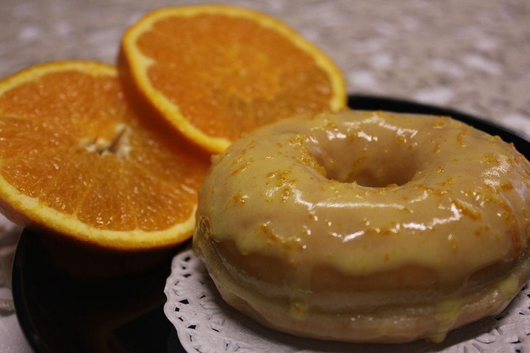 Donut com cobertura de glacé de laranja