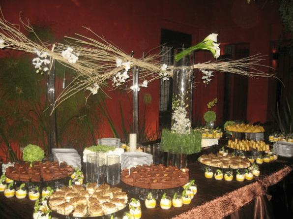 Montaje de mesas con los mejores platillos - Foto Focaccia Banquetes
