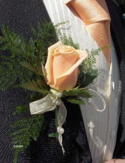 Beispiel: Anstecker für den Bräutigam, Foto: Antjes Floristik Atelier.