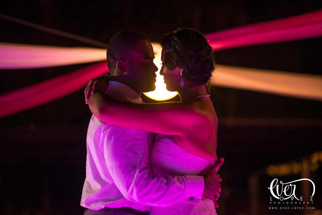 Fotos durante el primer baile de novios en boda de destino riviera nayarit, Mexico  Fotografia de boda por fotografo profesional de bodas Ever Lopez