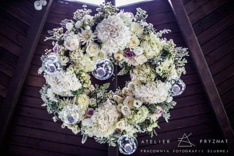 Żyrandol kwiatowy.  Retroflexus/ Ceremony Concept Fot. Atelier Pryzmat