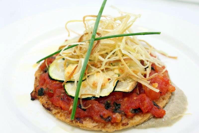 Tartaleta de calabacín, tomate fresco y queso de cabra
