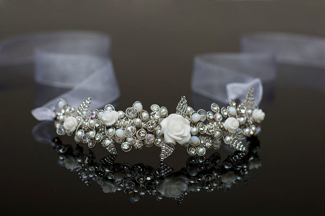 Tiara vincha con cristales y rosas de cerámica.
