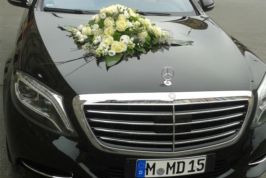Beispiel: Mercedes mit Blumengebinde, Foto: Munich-Drivers.