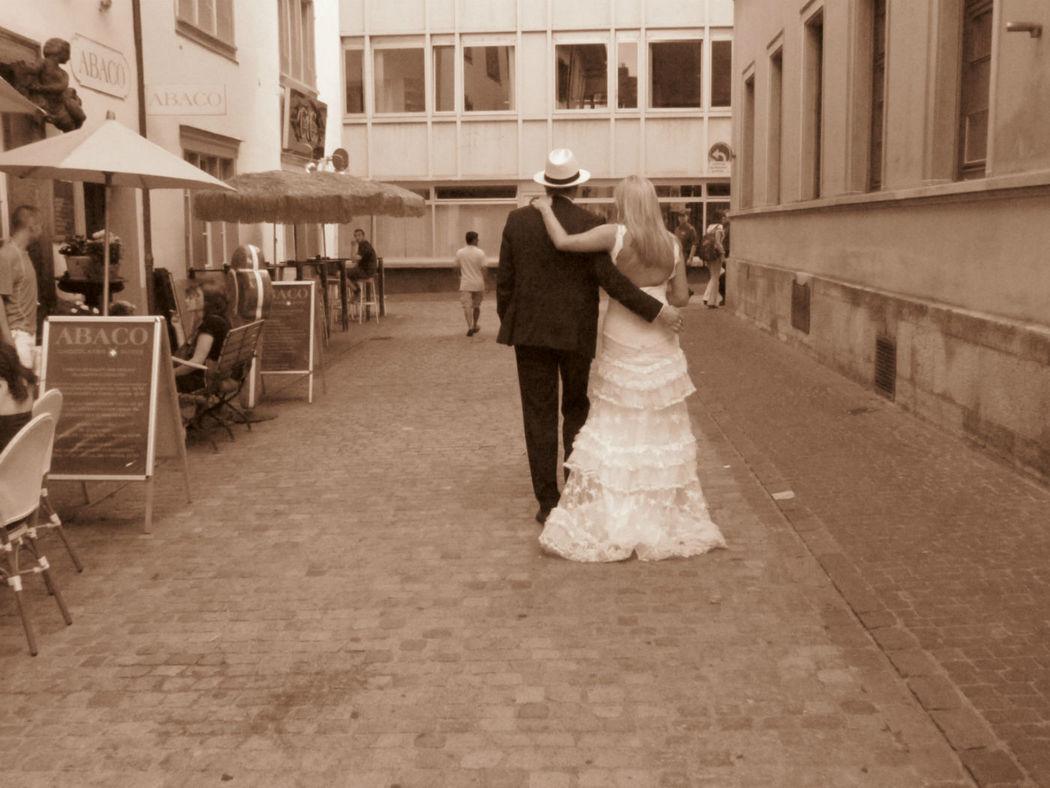Beispiel: Glückliches Brautpaar, Foto: Art of Wedding.
