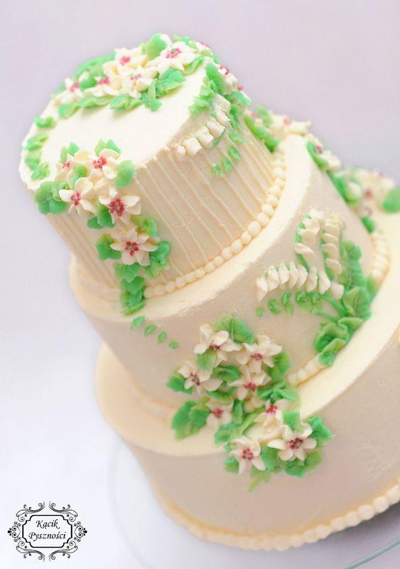 Tort jak kwiecista łąka. Zdobiony małymi białymi kwiatkami wnosi w nasze przyjęcie weselne dużo wdzięku.