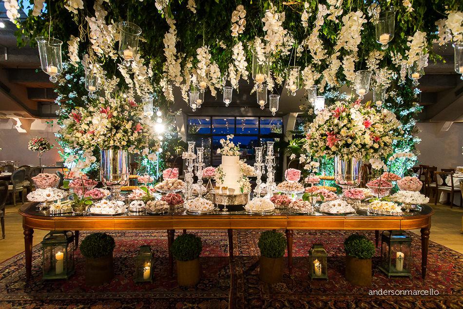 Mesa de doces com jardim suspenso