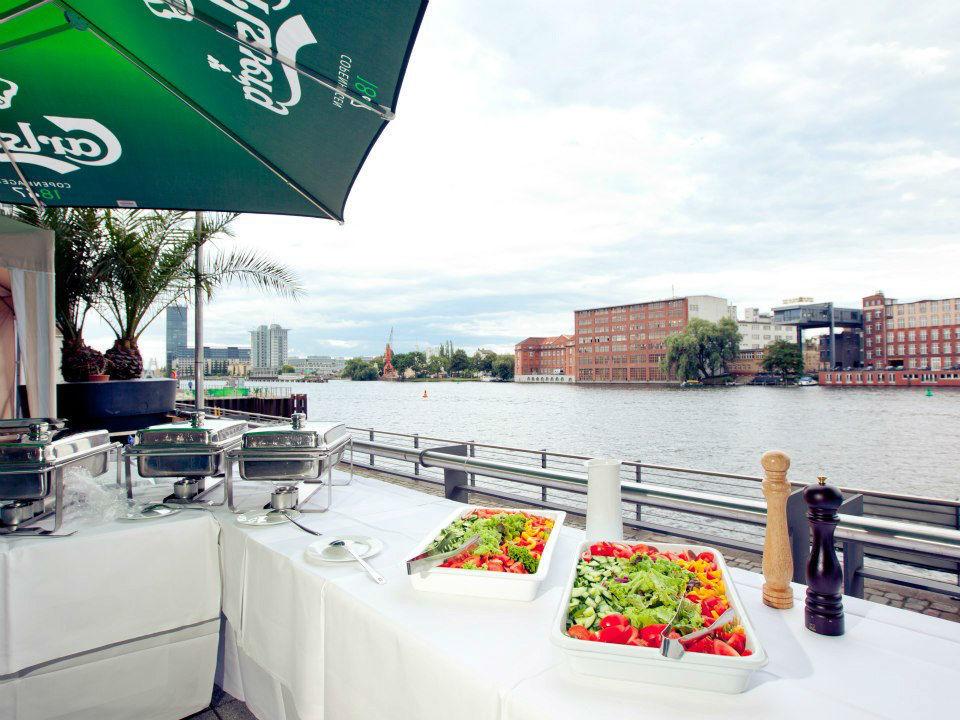 Beispiel: Buffet auf der Terrasse, Foto: Capitol Yard Golf Lounge.